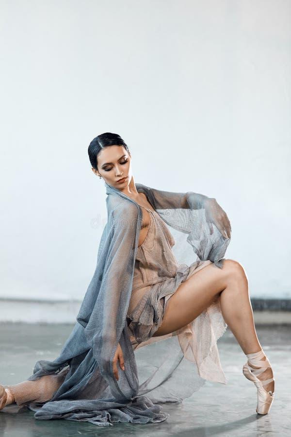 Pi?kny m?oda kobieta taniec w studiu w pointe butach obrazy royalty free