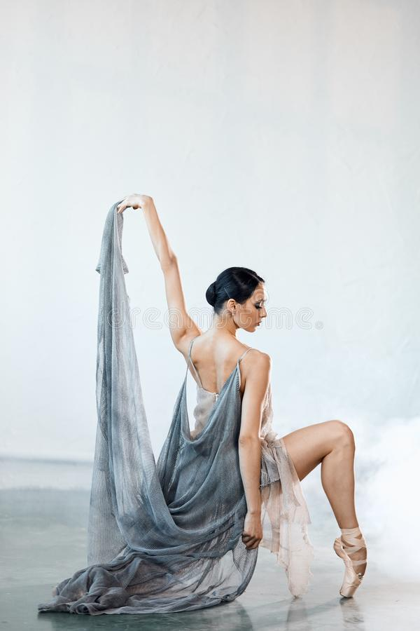 Pi?kny m?oda kobieta taniec w studiu w pointe butach obraz stock