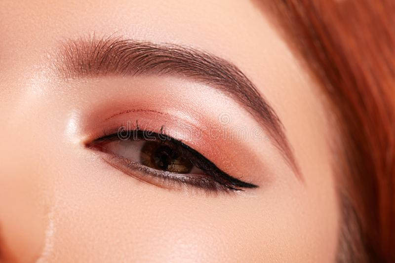 Pi?kny makro- strza? ?e?ski oko z klasycznym eyeliner makeup Doskonali? kszta?t brwi Kosmetyki i makija? fotografia stock