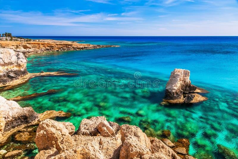 Pi?kny naturalny rockowy Ayia Napa, Cavo Greco i Protaras na Cypr wyspie blisko, morze ?r?dziemnomorskie Zadziwiaj?cy b??kitny zi fotografia stock