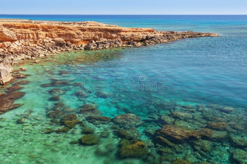 Pi?kny naturalny ska?a ?uk blisko Ayia Napa, Cavo Greco i Protaras na Cypr wyspie, morze ?r?dziemnomorskie Widok blisko Legendarn zdjęcie royalty free