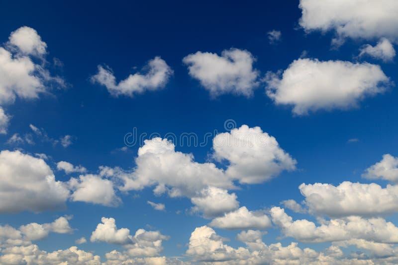 Pi?kny niebieskie niebo z bia?ym puszystym chmury t?em fotografia royalty free