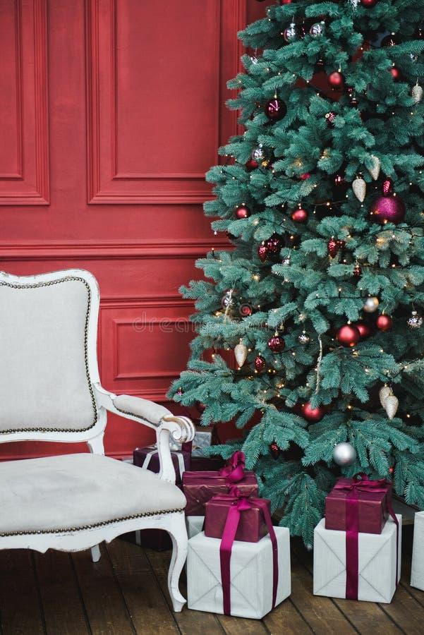 Pi?kny nowy rok dekoruj?cy klasyka domu wn?trze t?o p?atk?w ?niegu bia?y niebieska zima ?ywy pok?j z Bo?enarodzeniowym wystrojem  obrazy royalty free
