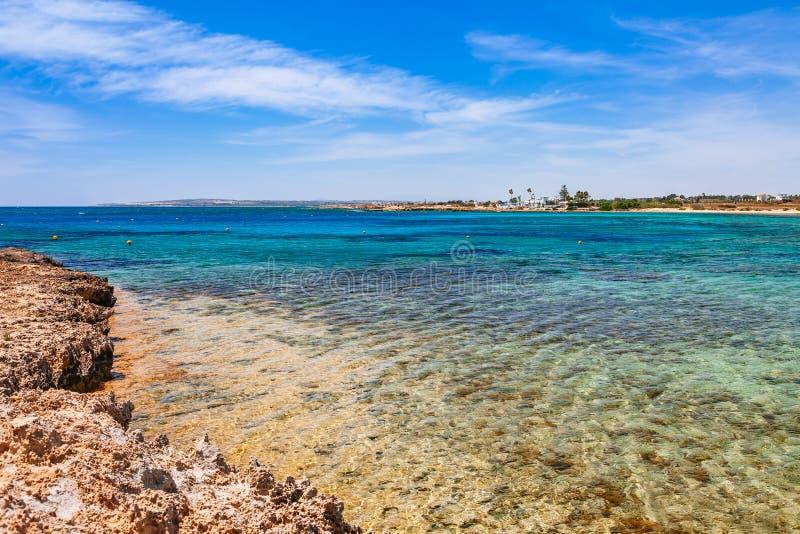 Pi?kny panoramiczny denny widok na Ayia Napa blisko Cavo Greco, Cypr wyspa, morze ?r?dziemnomorskie Zadziwiaj?cy pogodny i obraz stock