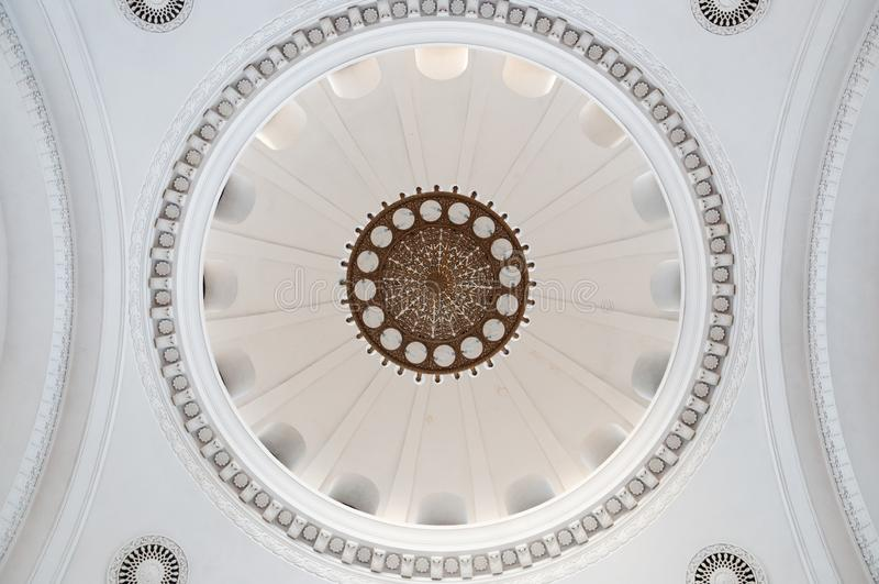 Pi?kny sztukateryjny sufit w starym budynku Antykwarski i barokowy sufit piękny stary świecznik na suficie z stiukiem zdjęcie royalty free
