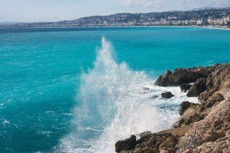 Pi?kny turkusowy morze g?ry w mgie?ce i bulwar Promenade Des Anglais na ciep?ym s?onecznym dniu, obrazy stock