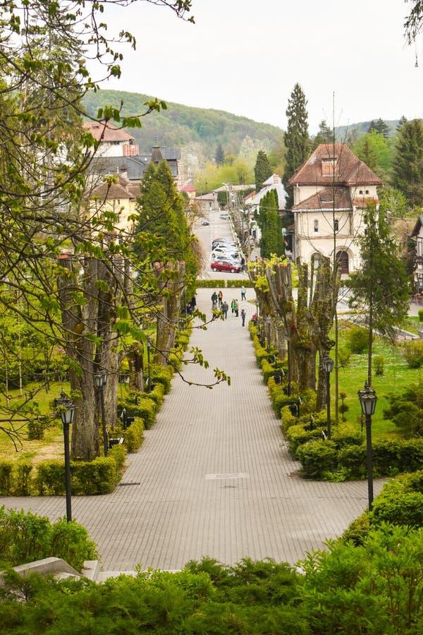 Pi?kny turystyczny miejsce przeznaczenia balneary miasto Baile Govora z star? architektur? i wspania?ymi zielonymi parkami - Rumu zdjęcie royalty free