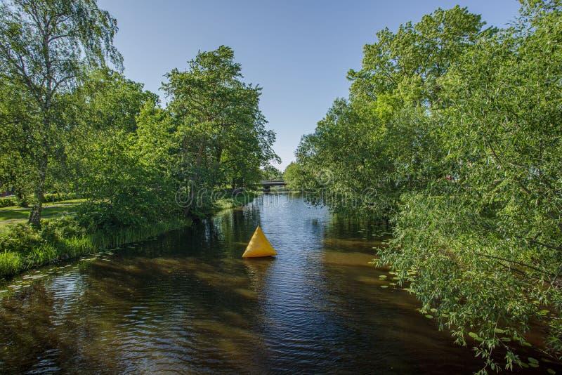 Pi?kny widok natura krajobraz Mała rzeka z dużymi zielonymi drzewami na obich stronach fotografia stock