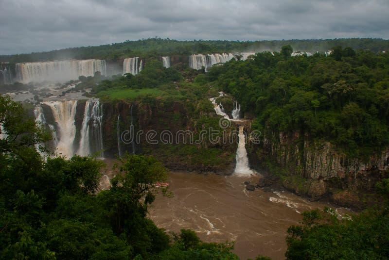 Pi?kny widok siklawa Iguassu Spada na granicie Brazylia i Argentyna jest jeden szerokie siklawy w świacie obraz stock
