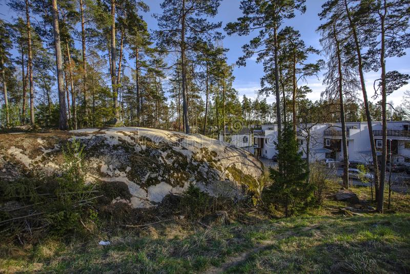 Pi?kny widok skalisty landskape z zielonymi sosnami i bielu dom na niebieskich nieb t?o obrazy royalty free