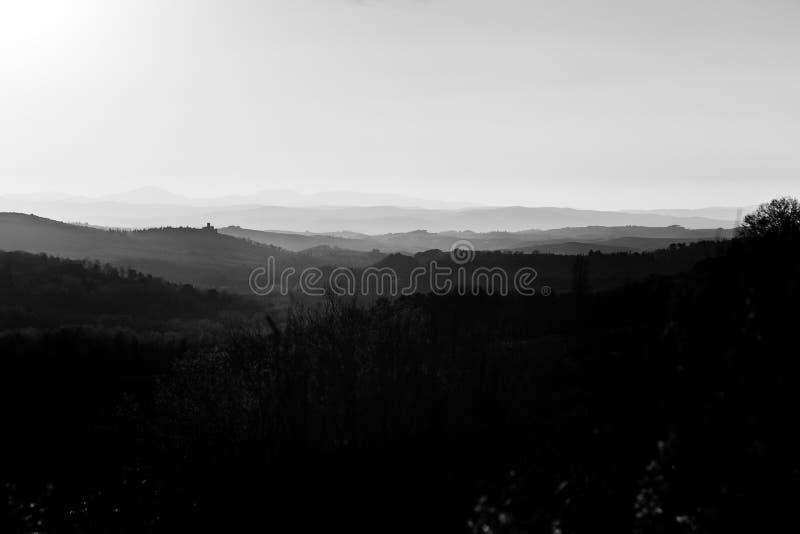 Pi?kny widok Tuscany wzg?rza przy zmierzchem z mg?? obrazy royalty free