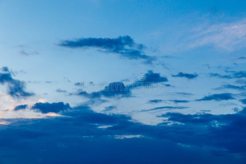 pi?kny zach?d s?o?ca Kolorowy dramatyczny niebo przy zmierzchem Błękitny błękitny tło z położenia słońcem Tekstura zmierzch zdjęcie royalty free