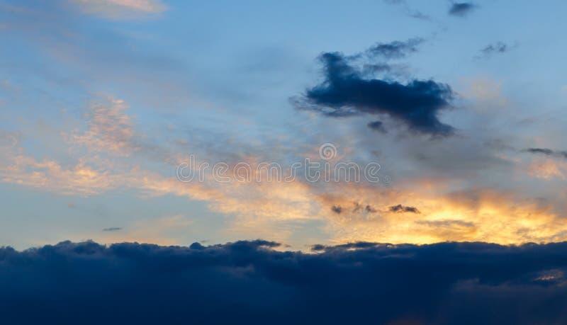 pi?kny zach?d s?o?ca Kolorowy dramatyczny niebo przy zmierzchem Błękitny błękitny tło z położenia słońcem Tekstura zmierzch fotografia royalty free