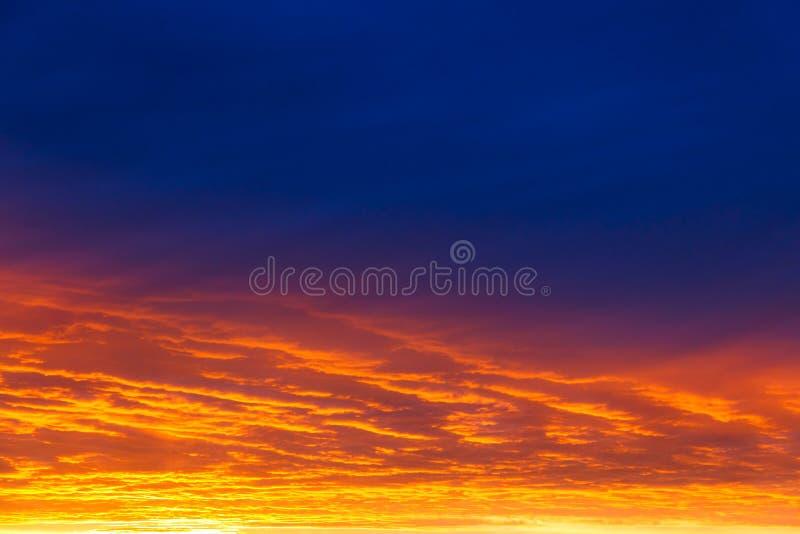 pi?kny zach?d s?o?ca Kolorowy dramatyczny niebo przy zmierzchem Płatowate podeszczowe chmury Jaskrawy błękitny pomarańczowy tło obrazy stock