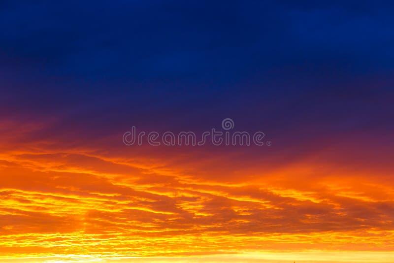pi?kny zach?d s?o?ca Kolorowy dramatyczny niebo przy zmierzchem Płatowate podeszczowe chmury Jaskrawy błękitny pomarańczowy tło fotografia royalty free