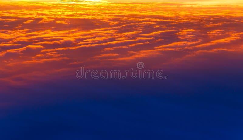 pi?kny zach?d s?o?ca Kolorowy dramatyczny niebo przy zmierzchem Płatowate podeszczowe chmury Jaskrawy błękitny pomarańczowy tło zdjęcie royalty free