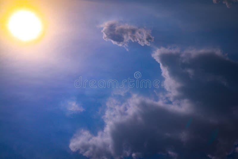 Pi?kny zbli?enia niebieskie niebo i krajobrazowy t?o tapeta i obraz royalty free