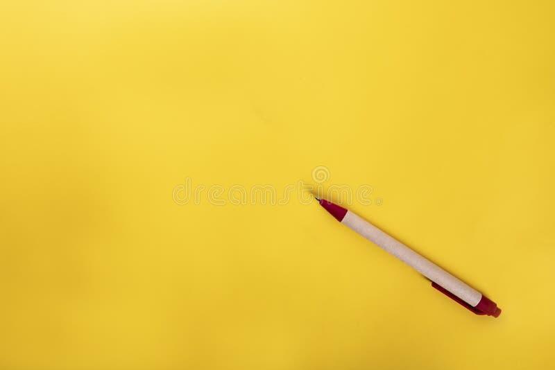 Pi?ro Pióro na żółtym tle obrazy stock