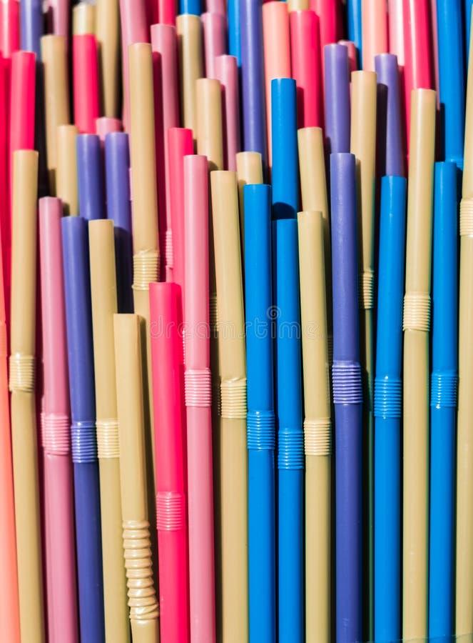 Pi? s?omy zbli?enie, kolorowy plastikowy s?omiany makro- fotografia royalty free
