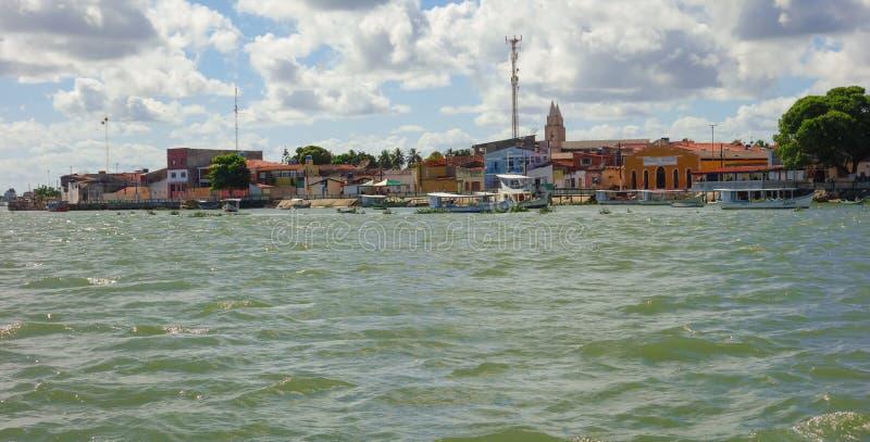 Piacabucu/Alagoas/Brazil - απρίλιος 13 19: κτήρια της μικρής πόλης ακτών, και βάρκες στις όχθεις του ποταμού του Σαν Φρανσίσκο στοκ εικόνα