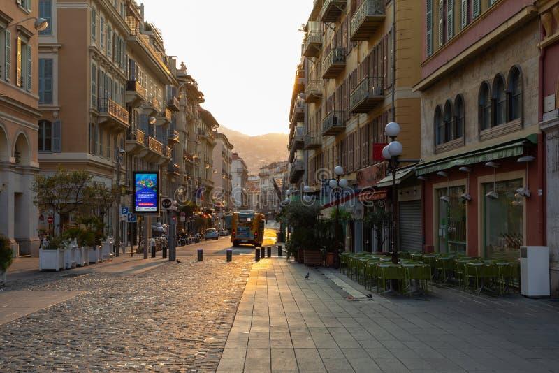 PIACEVOLE, LA FRANCIA - 4 GIUGNO 2019: Bella alba alla città di Nizza ` Azur France di Cote d france immagine stock libera da diritti