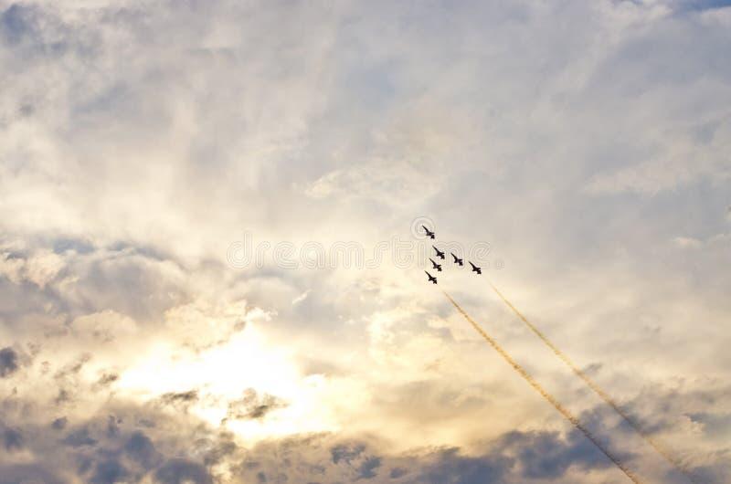 Piadas e céu dramático durante o festival aéreo fotos de stock royalty free
