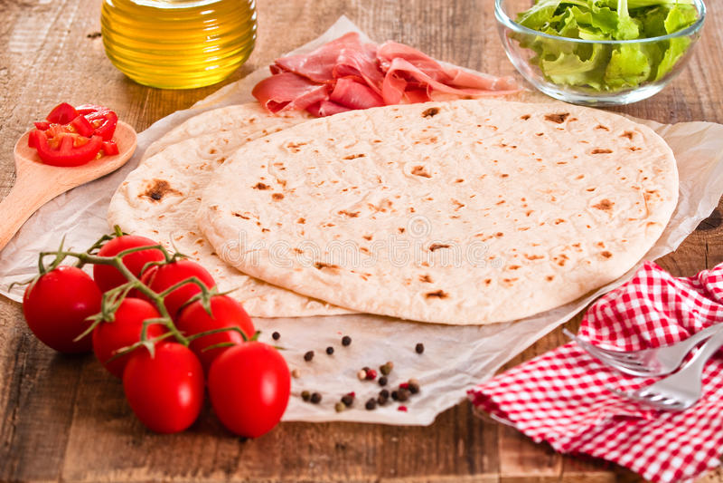 Piadina avec du jambon et la laitue photo stock