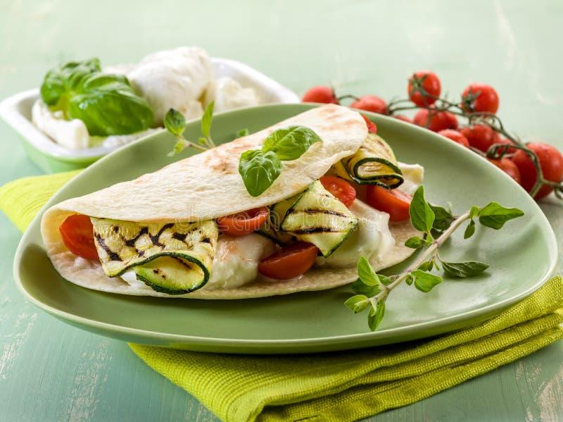 Piadina con la mozzarella e gli zucchini fotografia stock