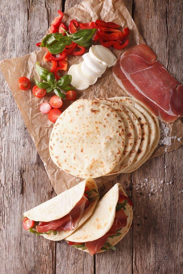 Piadina italiano con il prosciutto, il formaggio ed il primo piano delle verdure Vertica immagine stock libera da diritti