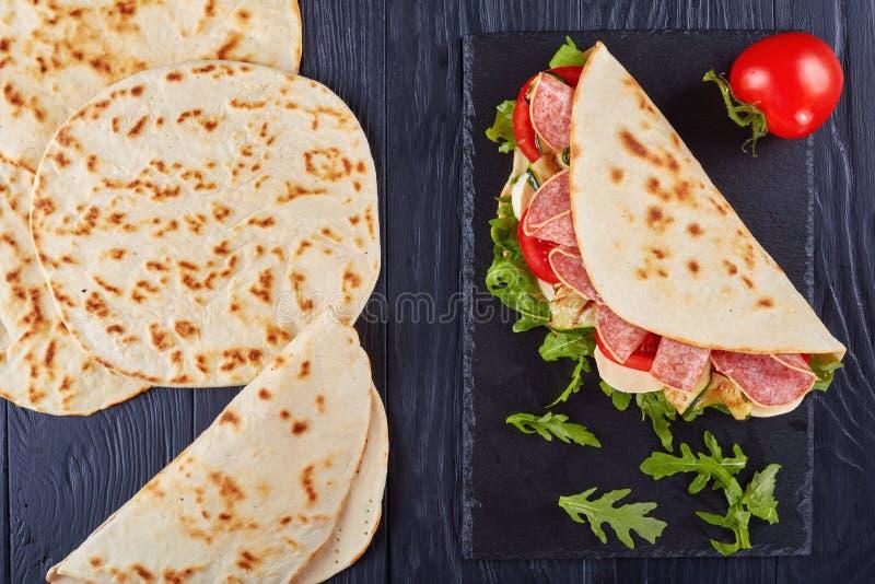 Piadina italiano di recente al forno, vista superiore fotografie stock libere da diritti