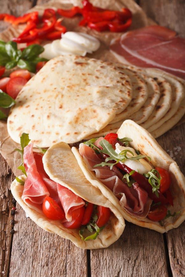 Piadina italiano saporito farcito con il prosciutto, il formaggio ed il Cl delle verdure immagini stock