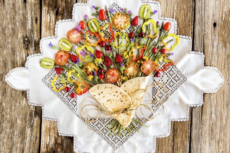 Piadina med gr?nsaker och frukt som ?r liknande till buketten av blommor royaltyfri bild