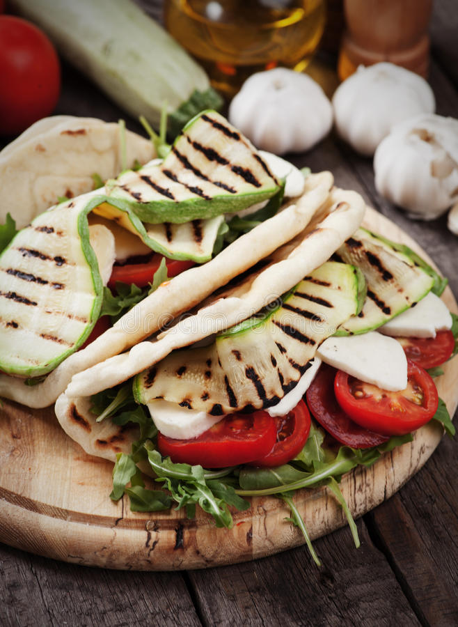 Piadina romagnola用烤夏南瓜和无盐干酪乳酪 免版税库存照片