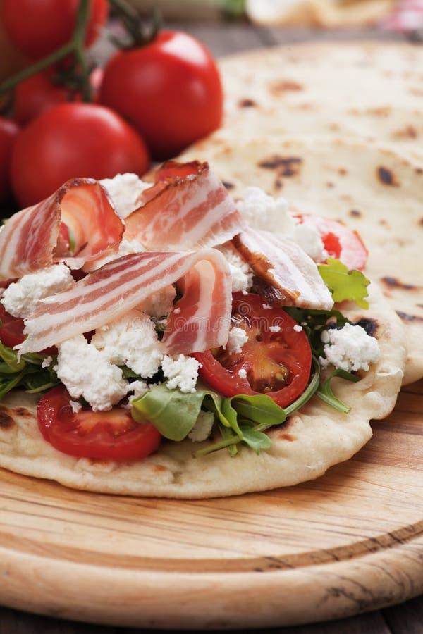 Piadina romagnola,意大利小面包干三明治 库存图片