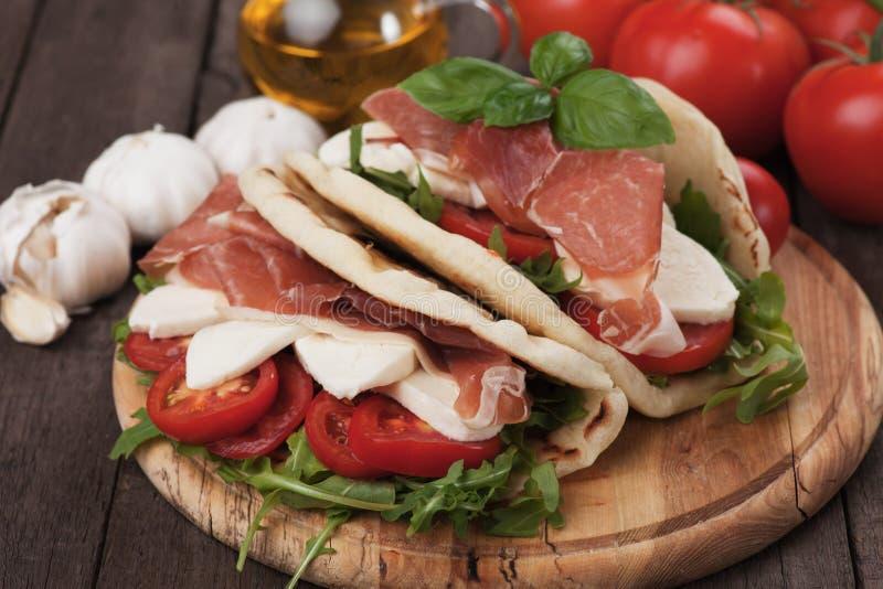 Piadina romagnola,意大利小面包干三明治 免版税库存图片