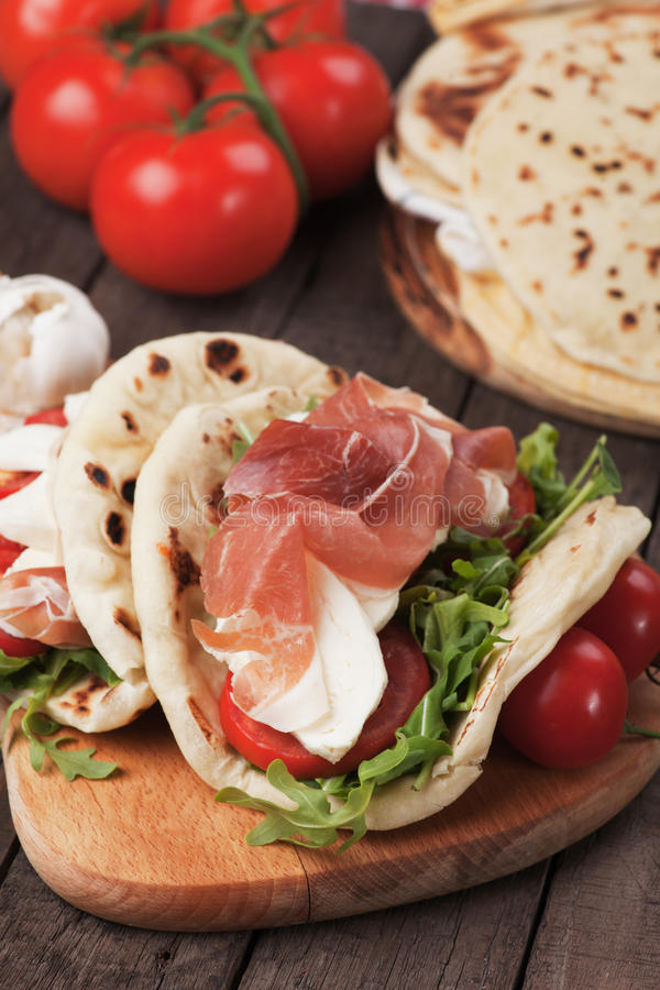 Piadina romagnola,意大利小面包干三明治 图库摄影