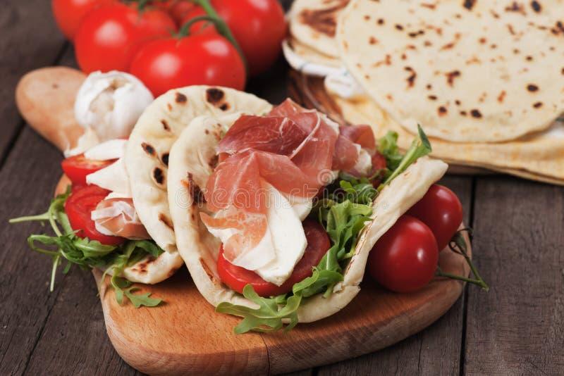 Piadina romagnola,意大利小面包干三明治 免版税图库摄影