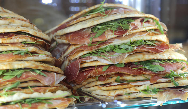 Piadina voor verkoop in het restaurant in centraal Italië wordt gevuld dat stock afbeelding