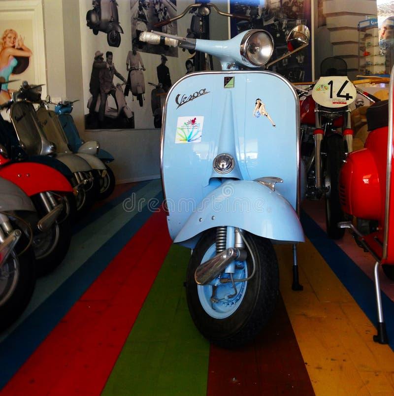 Piaggio viejo del Vespa en tienda del Vespa foto de archivo libre de regalías