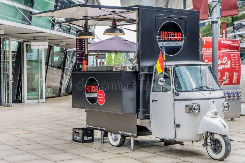 Piaggio-vrachtwagen van Aap betekent de Klassieke 400 platform, omgezet in het rollen verkoop streetfood met kerrieworst, Franse  royalty-vrije stock fotografie