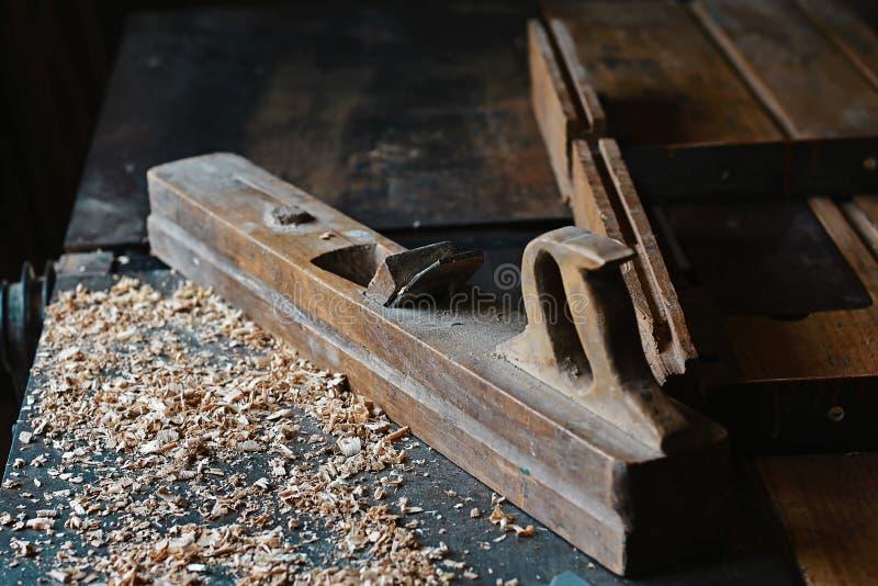 Piallatrice e trucioli di legno all'officina dei carpentieri, vecchio strumento di falegnameria, segatura fotografie stock