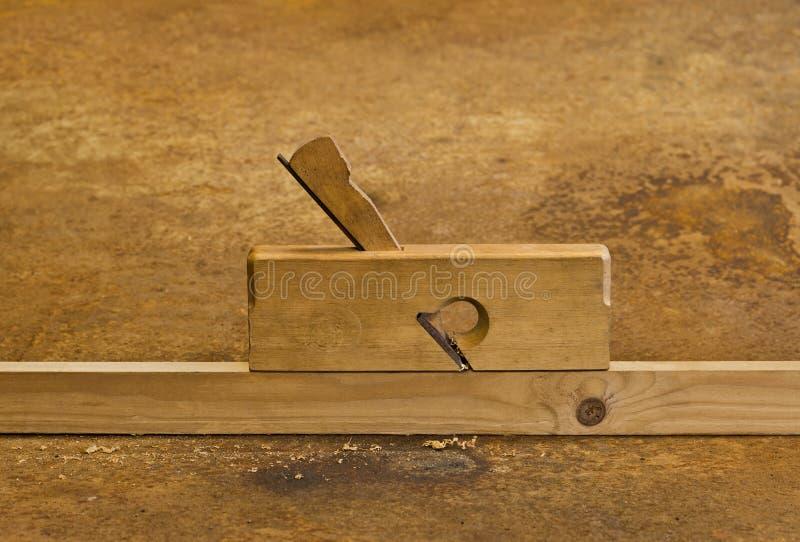 Piallatrice su legno nella priorità bassa arrugginita immagine stock