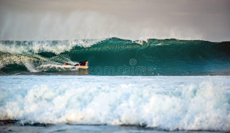 piana dostaje pluśnięcie surfingowa skręty machać machają fotografia stock