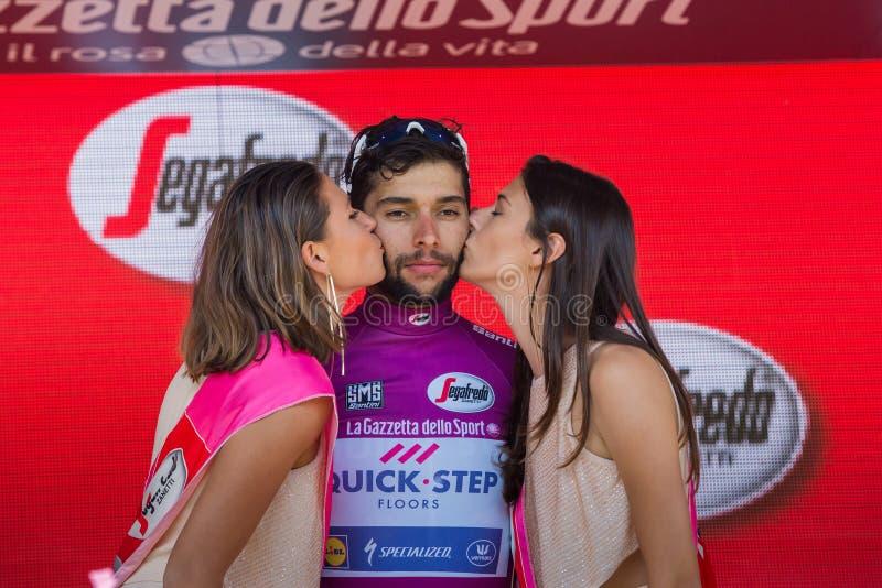 Piancavallo, Itália 26 de maio de 2017: Fernando Gaviria, no jérsei roxo do melhor velocista, no pódio imagem de stock