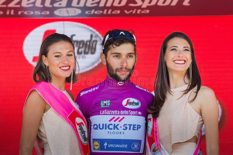 Piancavallo, Itália 26 de maio de 2017: Fernando Gaviria, no jérsei roxo do melhor velocista, no pódio fotos de stock royalty free