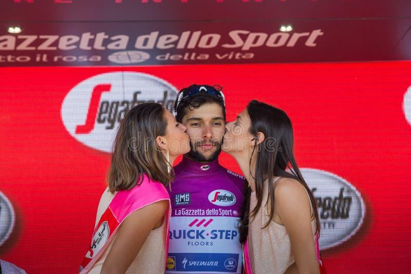 Piancavallo, Itália 26 de maio de 2017: Fernando Gaviria, no jérsei roxo do melhor velocista, no pódio fotografia de stock