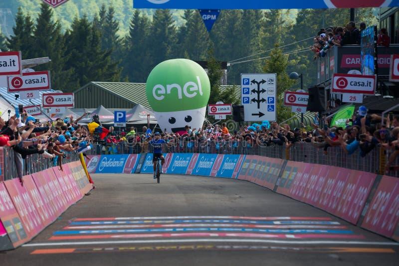 Piancavallo, Itália 26 de maio de 2017: Mikel Landa, equipe do céu, passa o meta e ganha-o fotos de stock royalty free