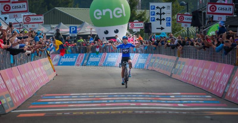 Piancavallo, Itália 26 de maio de 2017: Mikel Landa, equipe do céu, passa o meta e ganha-o foto de stock royalty free
