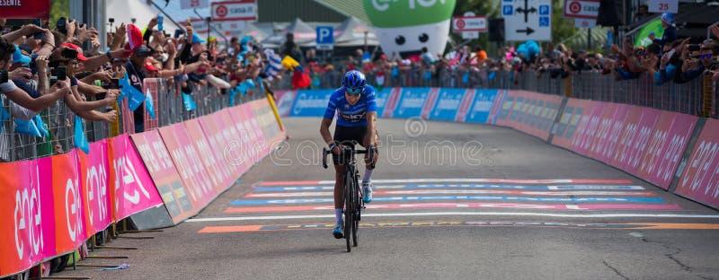 Piancavallo, Itália 26 de maio de 2017: Mikel Landa, equipe do céu, passa o meta e ganha-o imagem de stock royalty free