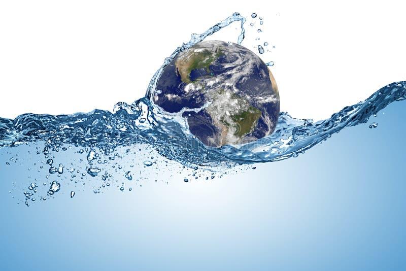 Pianeta Terra globo nell'onda d'acqua nell'oceano Cambiamento climatico riscaldamento globale concetto di fondo bianco isolato El fotografie stock libere da diritti